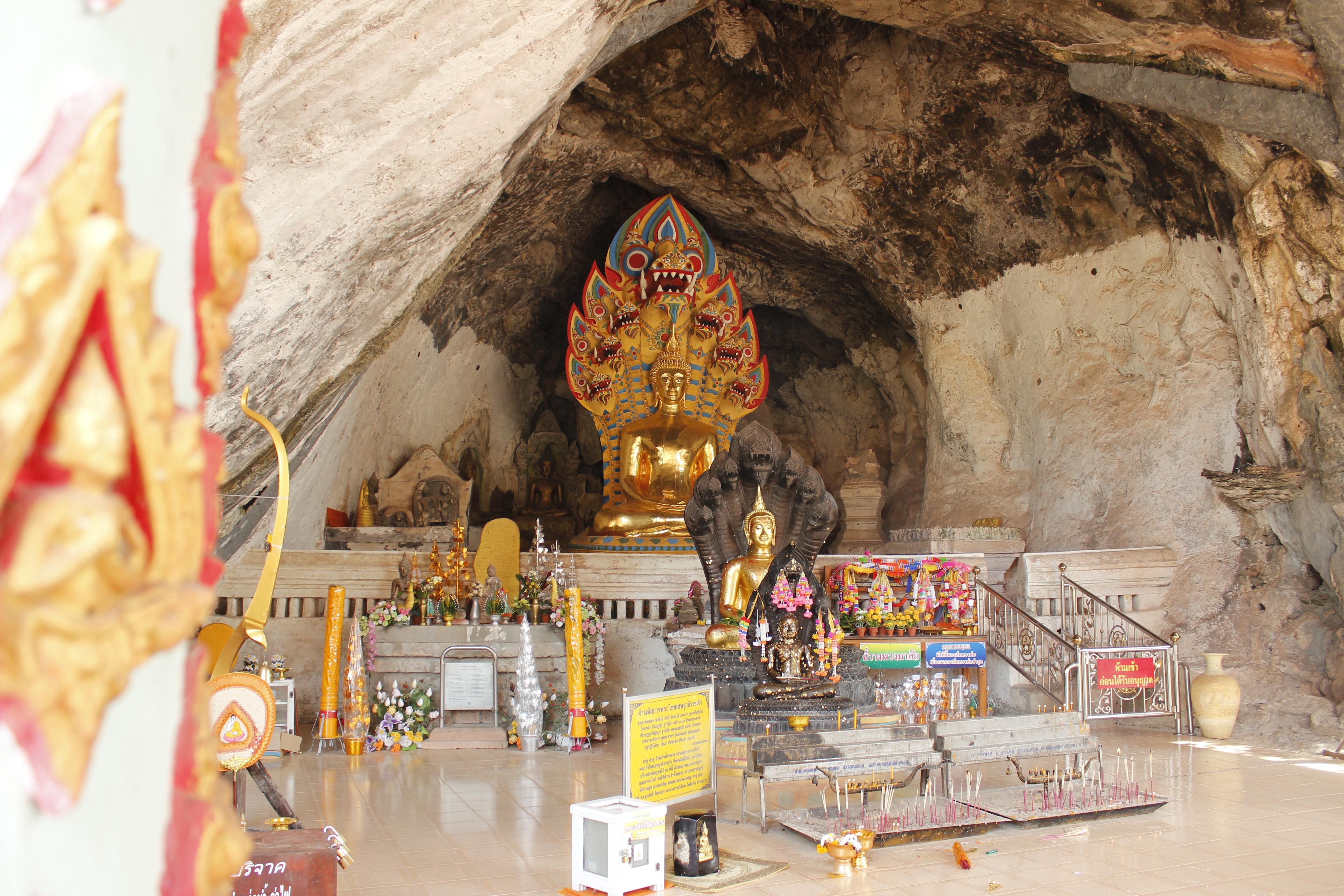 เมื่อไปถึง ก็จะเห็นพระพุทธรูปตั้งอยู่ ผู้คนส่วนมาจะเข้าไปไหว้พระเป็นอันดับแรกก่อนเดินชมรอบถ้ำ