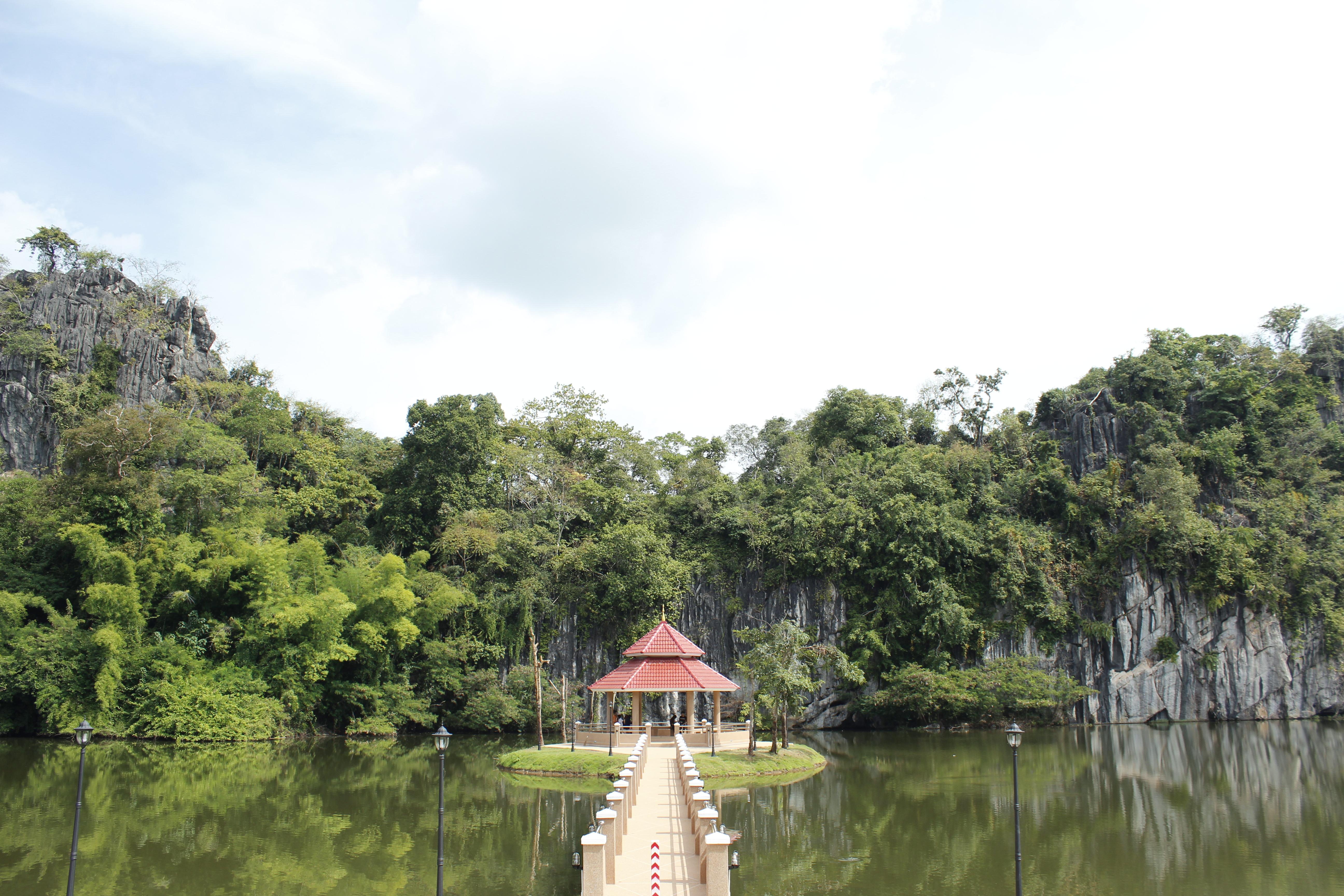 เมื่อไหว้พระเสร็จไปเดินเที่ยวบริเวณรอบๆก็จะเห็นศาลากลางน้ำที่เป็นจุดสนใจน่าถ่ายรูปมาก